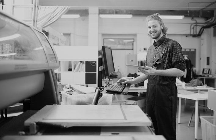 Druckerei München – Druckerei Irrgang – Offsetdruckerei in der Region München. Prägewerkstatt mit feinen Druckveredelungen. Letterpress, Heißfolienprägung, Blindprägungen, Farbschnitt, Kaschierungen und vieles mehr. Druckerei München – Individuell und persönlich seit 1922. Druckerei München – Irrgang Druck. Premium Offfsetdruck & Prägewerkstatt. Ihre persönliche & individuelle Druckerei in der Region München. Kontaktieren Sie uns! Wir sind für Sie da: 089 /56 22 95