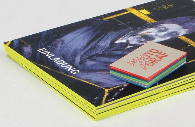 Druckerei München – Visitenkarten mit Farbschnitt Druckerei München – Die Druckerei in Ihrer Nähe, Druckveredelung, Visitenkarten drucken lassen, Irrgang Druck veredelt Ihre Visitenkarten mit Farbschnitt in vielen schönen Farben. Druckerei München – Blindprägung Druck – Visitenkarten mit Blindprägung, Blindgeprägte Drucksachen, Geprägte Druckerzeugnisse, Blind geprägte Visitenkarten, Druckerei Irrgang in der Region München. Prägung Druck, Visitenkarten mit Prägung Druckerei München – Irrgang Druck – Visitenkarte mit Blindprägung – Blindgeprägte Visitenkarten, Blind geprägte Drucksachen, Veredelungsverfahren der Münchner Druckerei Irrgang. Repräsentative Geschäftspapiere, Visitenkarten, Formulare, Urkunden, Complimentkarten, Einladungskarten und vieles mehr. Für Notare, Anwaltskanzleien und Steuerberater, Druck Veredelung Blindprägung für schöne Visitenkarten und Broschüren Druckerei München – Broschüren Druck, Magazin drucken lassen, Zeitschrift drucken lassen Geschäftspapiere, Visitenkarten drucken lassen, Briefbogen drucken lassen, Formulare, Urkunden, Tekturen, Blöcke, Stempel und vieles mehr für Notare, Anwaltskanzleien und Steuerberater. Druckerei München – Irrgang Druck. Premium Offfsetdruck & Prägewerkstatt. Ihre persönliche & individuelle Druckerei in der Region München. Kontaktieren Sie uns! Wir sind für Sie da: 089 /56 22 95